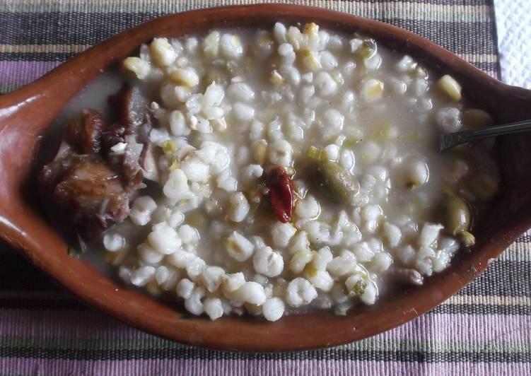Sopa de maíz blanco en olla de barro