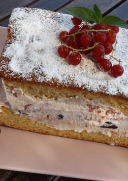 Pastel de bizcocho con relleno de crema de bayas rojas