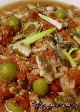 Ensalada de tomate en conserva, sardinillas y aceitunas