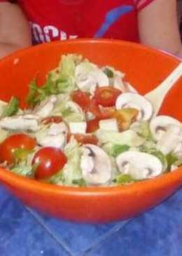 Ensalada de Paula (rúcula lechuga champis tomates cherrys y queso de cabra)