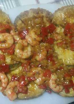 Merluza rebozada con salsa y gambas