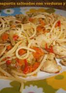 Espaguetis salteados con verduras y pavo
