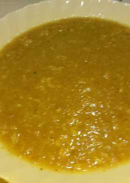 Sopa de ajo y verduras rápida con picatostes