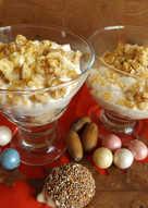 Postre de galletas, peras y nueces con azúcar dorada