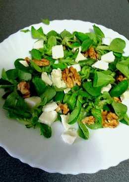 Ensalada de canónigos, queso fresco y nueces
