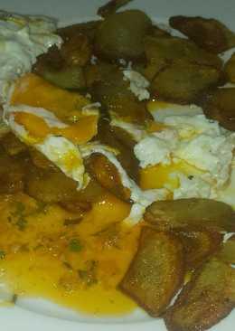Patatas fritas con huevos y salsa chimichurri