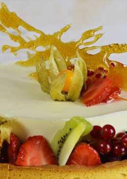 Tarta de mousse de chocolate blanco con frutas exóticas y sablé bretón