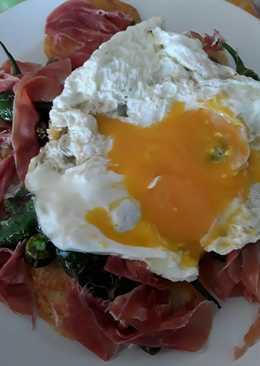 Huevos rotos con jamón y pimientos de Padrón