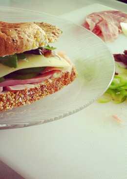Sandwich de jamón y rúcula