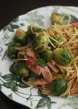 Espaguetis salteados con pimentón y coles de bruselas