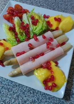 Ensalada mixta de hortalizas y fruta con fihambre de pollo