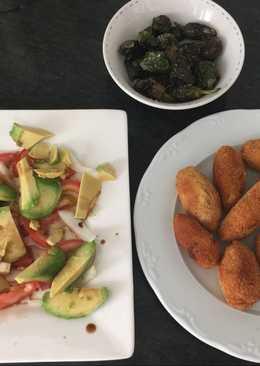 Croquetas de carne con ensalada de tomate y aguacate 🥑 🍅 y pimientos de Padrón