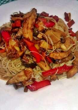 Pasta china con pechuga de pollo y salsa de soja