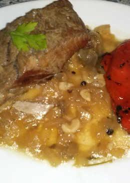 Lomo de atún fresco plancha con salsa decebolla caramelizada ypimientos asados