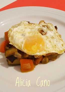 Huevo frito con cama de verduras