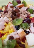 Ensalada de pavo y atún con melón, kiwi, tomate y piña