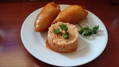 Calamares rellenos de carne y verduras con arroz