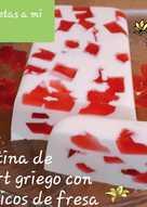 Gelatina de yogurt griego y mosaicos de fresa