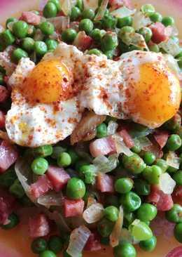 Guisantes con jamón y huevos de codorniz con pimentón