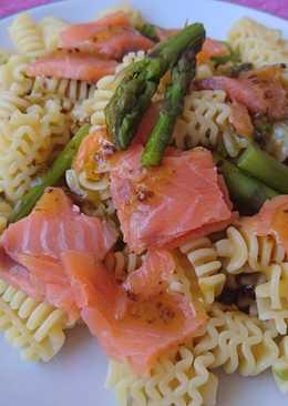 Radiatori con salmón y espárragos verdes, receta sencilla