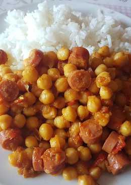 Garbanzos con curry y salchichas frankfurt