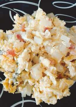 Desayuno huevo revuelto con ensalada de nopales y papas