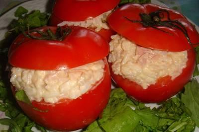 Tomates rellenos con arroz, pickles y atún