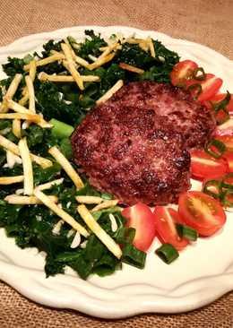 Hamburguesas con ensalada de col kale y tomatitos cherry