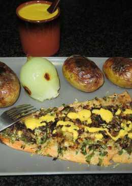 Libritos de trucha asalmonada con patatas y cebolla en el horno y salsacrudivegana