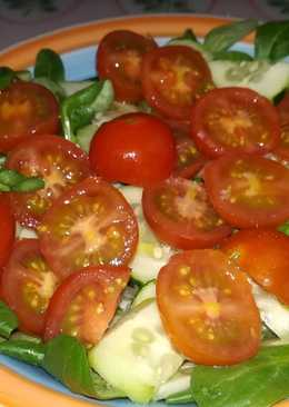 Canónigos, pepino y tomatitos cherry