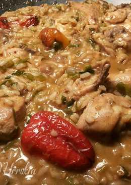Wok de arroz cremoso con pollo,en salsa de pate y pimientos