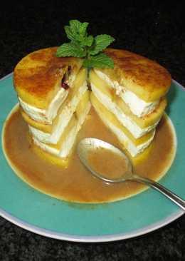 Torre de manzanas caramelizadas y queso fresco tradicional con crema templada de wiski a la canela