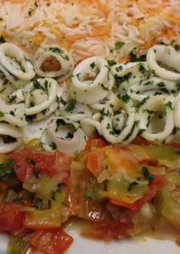 Calamares con arroz y verduras salteadas