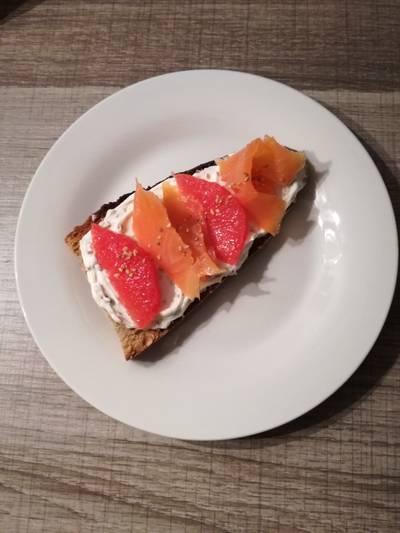 Crostini de salmón con pomelo
