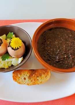 Lentejas caviar con chorizo, huevo duro y curry