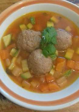 Sopa de verdura con albóndigas