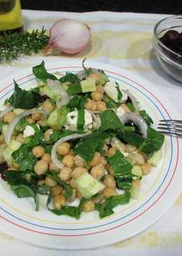 Ensalada de garbanzos con pepino, espinaca, mozzarella y arándanos rojos