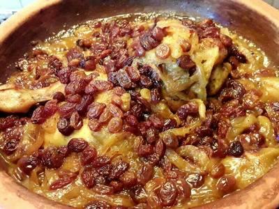 Tajin de pollo con pasas y cebolla