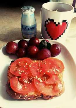 Desayuno: tostada con tomate y aceite oliva, té y yogurt, uvas😍