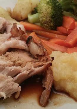 Cerdo al horno con salsa de manzana al jengibre y verduras al vapor