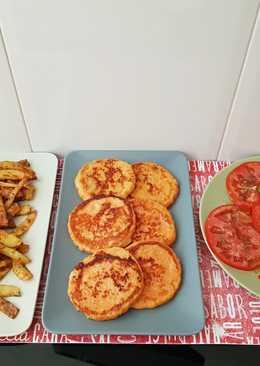 Hamburguesa de pollo y zanahoria con patatas fritas y tomate