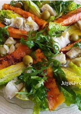 Ensalada de cogollos con lascas de bacalao, rúcula y papaya a la parrilla