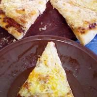 Pizza cuatro quesos y salsa boloñesa al carbón