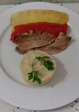 Filetes de cerdo con piña, pimientos y puré de patatas