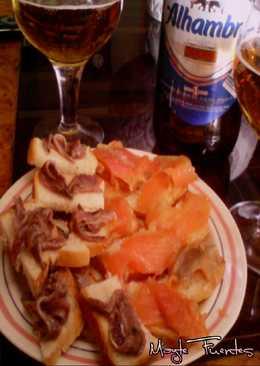 Aperitivo de canapés de trucha marinada y anchoas
