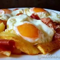 Huevos fritos con patatas y jamón