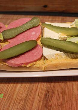 Pan con gazpacho, mortadela y queso fresco