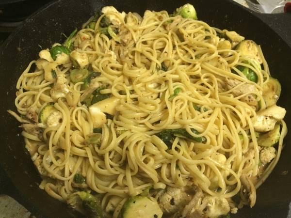Pasta con pollo y vegetales al curry