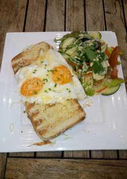Torrada: jamón dulce, tomate, queso, huevo, con ensalada