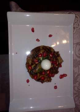 Champiñones con ajo negro y granada con huevo de codorniz